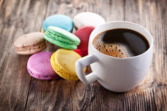 Tasse Kaffee und französisches macaron Stockfotografie