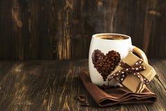 Tasse Kaffee und Geschenkbox Stockfotos
