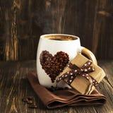 Tasse Kaffee und Geschenkbox Lizenzfreie Stockfotos