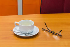 Tasse Kaffee und Gläser Stockfotos