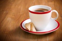 Tasse Kaffee und Glückskeks Stockfotos