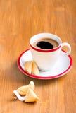 Tasse Kaffee und Glückskeks Stockbild