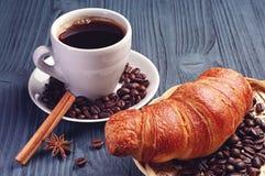 Tasse Kaffee und Hörnchen lizenzfreies stockfoto