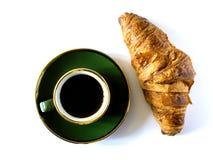 Tasse Kaffee und Hörnchen lokalisiert stockbilder