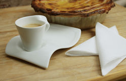 Tasse Kaffee und Haus bildeten Torte Stockbild