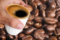 Tasse Kaffee und Kaffeebohnen Stockfotografie