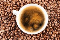Tasse Kaffee und Kaffeebohnen Lizenzfreie Stockfotos