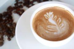 Tasse Kaffee und Kaffeebohnen. Lizenzfreies Stockbild