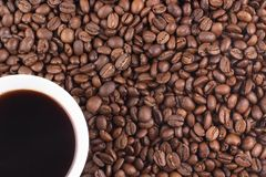 Tasse Kaffee und Kaffeebohnen Stockfoto
