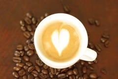 Tasse Kaffee und Kaffeebohnen Lizenzfreies Stockbild