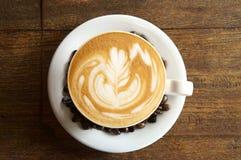 Tasse Kaffee und Kaffeebohnen Lizenzfreie Stockfotografie