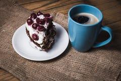 Tasse Kaffee- und Kirschkuchen Stockbild
