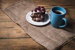 Tasse Kaffee- und Kirschkuchen Lizenzfreie Stockfotos