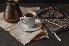 Tasse Kaffee und kleiner Kuchen Zeit, ein interessantes Buch zu lesen tim Stockfotografie