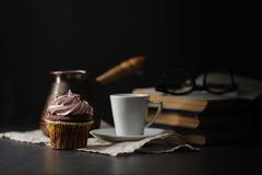 Tasse Kaffee und kleiner Kuchen Zeit, ein interessantes Buch zu lesen tim Lizenzfreies Stockfoto