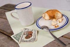 Tasse Kaffee und Krapfen stockbild