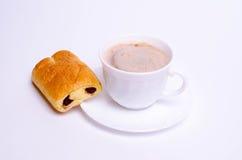 Tasse Kaffee und Kuchen und auf weißem Hintergrund Stockfotos