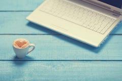 Tasse Kaffee und Laptop Stockbilder