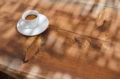 Tasse Kaffee und leerer Raum auf Holztisch stockfoto