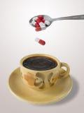 Tasse Kaffee und Löffel mit Pillen Stockbild