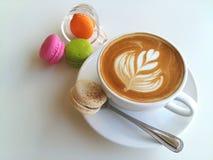 Tasse Kaffee und Makrone auf Weiß Stockbilder