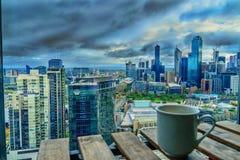 Tasse Kaffee und Melbourne lizenzfreie stockfotografie