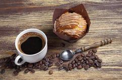Tasse Kaffee und Muffin lizenzfreie stockbilder