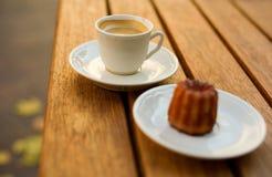 Tasse Kaffee und Nachtisch Stockfotografie