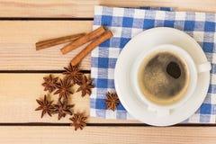 Tasse Kaffee und Notizblock mit Stift auf hölzernem Hintergrund Stockfotografie