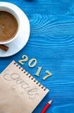 Tasse Kaffee und Notizbuch mit Zielen für neues Jahr Stockbilder