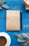 Tasse Kaffee und Notizbuch mit Zielen für neues Jahr lizenzfreie stockfotografie