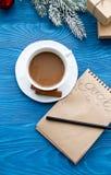 Tasse Kaffee und Notizbuch mit Zielen für neues Jahr lizenzfreie stockbilder