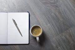 Tasse Kaffee und Organisator auf der grauen Tabelle Stockfotos
