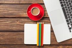 Tasse Kaffee und Papier mit Laptop-Computer Stockbilder