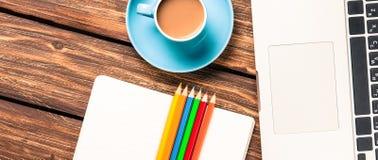 Tasse Kaffee und Papier mit Laptop-Computer Lizenzfreies Stockbild