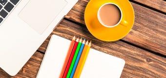 Tasse Kaffee und Papier mit Laptop-Computer Lizenzfreie Stockbilder