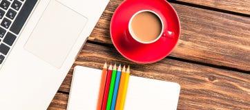 Tasse Kaffee und Papier mit Laptop-Computer Stockfoto