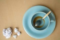Tasse Kaffee- und Papierball auf hölzernem Hintergrund lizenzfreies stockfoto