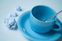 Tasse Kaffee- und Papierball auf Tabelle stockbilder