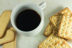 Tasse Kaffee und Plätzchen stockbilder