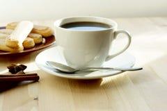 Tasse Kaffee und Plätzchen lizenzfreies stockbild