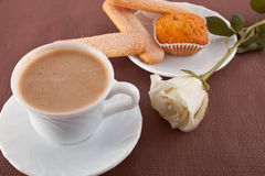 Tasse Kaffee und Plätzchen, Blume Stockbild
