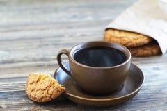 Tasse Kaffee und runde Plätzchen Stockfoto