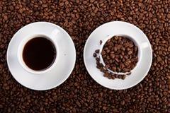 Tasse Kaffee und Schale mit Kaffeebohnen lizenzfreie stockbilder