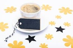 Tasse Kaffee und schwarze Fliege auf weißem Hintergrund Blumenvatertags-Stilllebeneinrichtung Stockfoto