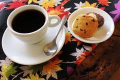 Tasse Kaffee und selbst gemachte Plätzchen stockbild