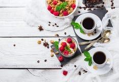 Tasse Kaffee und Spiegelei Selbst gemachter Jogurt der Kaffee muesli Granola-Beeren stockfotos