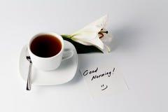 Tasse Kaffee und Spiegelei Tasse Tee und weiße Lilie Lizenzfreies Stockbild