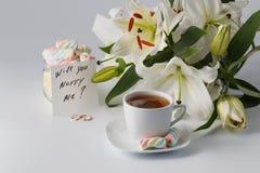 Tasse Kaffee und Spiegelei Tasse Tee, weiße Lilie Lizenzfreies Stockfoto