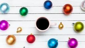Tasse Kaffee und Spielwaren Stockfotografie